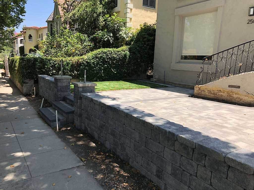 Planter Wall in Angelus Gray Charcoal Pavers
